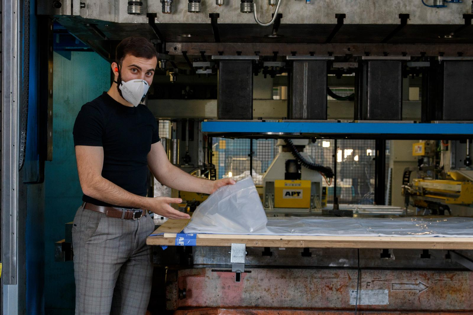 At AP&T in Ulricehamn, large volumes of plastic protective aprons for healthcare professionals are cut. Hassan Kanaan is the production technician responsible for the project.